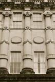 富有地装饰的专栏爱奥尼亚人在英王乔治一世至三世时期上下开关窗之间 免版税库存照片