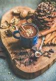 富有的冬天热巧克力用桂香和核桃捏碎 免版税库存图片