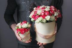 富有的束桃红色南北美洲香草和玫瑰开花,绿色叶子手中新鲜的春天花束 夏天背景 构成 免版税库存图片