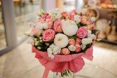 富有的束白色和桃红色玫瑰,牡丹 免版税图库摄影
