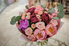 富有的束白色和桃红色玫瑰,牡丹 免版税库存图片