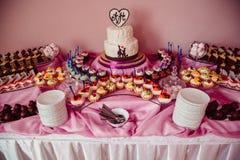 富有的桃红色甜点充分冲击令人愉快的点心 图库摄影
