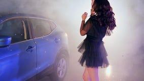 富有的生活,有蓝色气球的毫华女性到在停放的手跳舞里在雾的汽车附近 影视素材