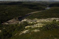 富有的绿色树木丛生的山和河高地的,顶视图 免版税库存照片