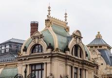 富有装饰了有窗口的旅馆屋顶 免版税库存照片