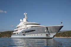 富有-五层的豪华游艇正面图在Mediterranea的 免版税图库摄影