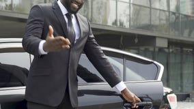 富裕的客户的豪华出租汽车司机开门,邀请为乘驾,服务 股票视频