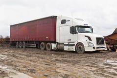 富豪集团在木材加工企业疆土的公路牵引车在春天解冻的 图库摄影