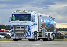 富豪集团FH在路的牛奶卡车 免版税库存图片