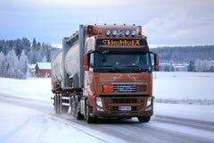 富豪集团FH在雪道的罐车 免版税库存图片