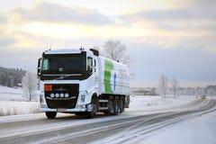富豪集团FH槽车在冬天拖拉柴油 免版税图库摄影