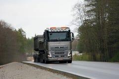 富豪集团FH16 650卡车在农村路的拖拉石灰石 库存图片