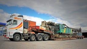 富豪集团FH16卡车拖拉在双重下落甲板拖车的打桩机 免版税库存照片