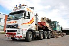 富豪集团FH16卡车拖拉在双重下落甲板拖车的打桩机 免版税库存图片