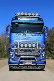 富豪集团FH16在乡下公路的木材卡车正面图  免版税库存照片