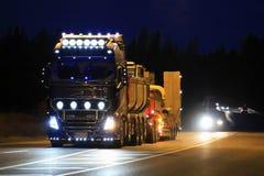 富豪集团FH16展示卡车美好的照明设备在晚上 免版税库存图片