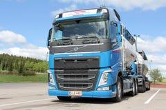 富豪集团FH 450散装运输卡车和拖车 免版税库存照片