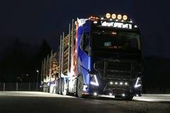 富豪集团FH16采伐的卡车光在黑暗中 免版税库存照片