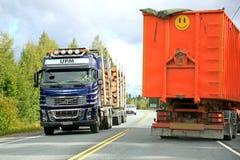 富豪集团FH16采伐的卡车和一辆拖车在路 库存照片