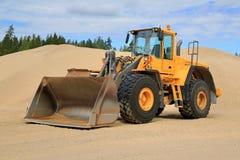 富豪集团L150E在沙坑的轮子装载者 免版税图库摄影