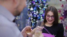 寒假、丈夫和妻子亲吻和互相给新年 人给他的女朋友红色圣诞节 股票视频