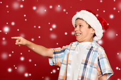 寒假圣诞节概念-圣诞老人帽子点的男孩他的fi 库存图片