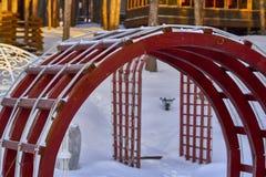 寒假本质上 与装饰植物的木游廊眺望台晚上冬天太阳的光芒的 旅游旅馆compl 免版税库存图片