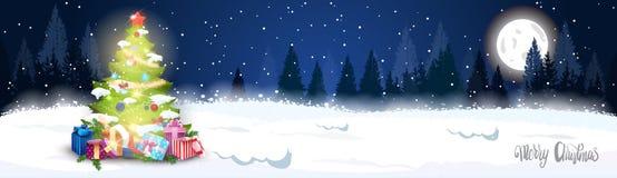 寒假水平的横幅在上写字在夜森林风景的装饰的杉树的圣诞快乐 免版税图库摄影
