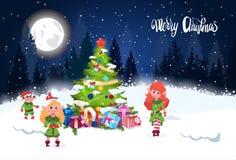 寒假背景在上写字在夜森林风景杉树和逗人喜爱的Elfs的圣诞快乐 免版税图库摄影