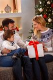寒假-享用在圣诞节礼物的家庭 库存照片