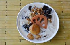 寒冷分类了在牛奶和糖浆中国点心的豆在杯子 库存图片
