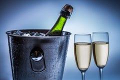 寒冷在冰桶的变冷的香槟 免版税库存图片
