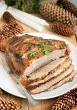 寒冷煮沸的猪肉是肉一个传统俄国,奥地利或者德国盘用香料和大蒜 圣诞节装饰,土气st 免版税库存照片