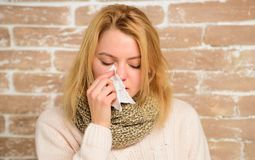 寒冷的流鼻水症状 打翻怎么摆脱寒冷 冷流感解决 补救应该帮助跳动冷的快速的妇女 库存照片