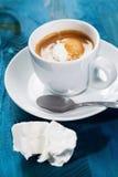 寒冷,在蓝色背景的冰冻咖啡 免版税库存图片