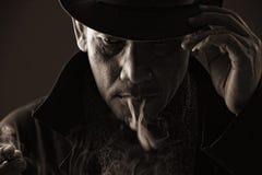 寒冷blooded刺客抽烟的香烟 免版税库存照片