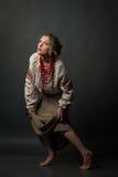贫寒相当吓唬了乌克兰刺绣小心步和查寻的女孩 免版税图库摄影