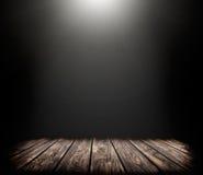 察觉点燃在黑暗的背景和木头地板 库存照片
