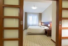 对一个单人床旅馆客房的看法 免版税图库摄影