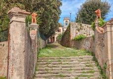 对一个国家村庄的教会的入口在托斯卡纳,意大利 免版税库存图片