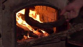 对一个土气木烤箱的装载的木头 r 4k?? 股票录像