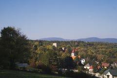 对一个塔的看法从一座城堡在森林里 免版税库存照片