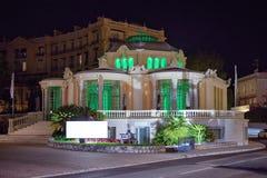 对一个大厦的夜视图与里面绿灯照明 库存图片