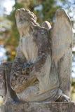 对一个天使的纪念碑在墓地 库存照片