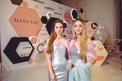 对一个少妇的玫琳凯立场乌克兰时尚星期 免版税库存照片