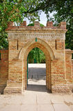 对一座老城堡的砖门 免版税库存照片