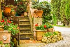 对一个房子的美好的装饰的入口在乡下 图库摄影
