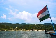 对一个教会在维谢格拉德,匈牙利的一个小镇的一个看法在从一艘船的布达佩斯附近在多瑙河 免版税库存图片