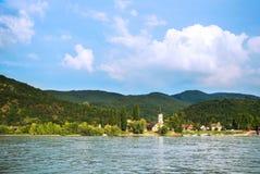 对一个教会在维谢格拉德,匈牙利的一个小镇的一个看法在Budapes附近 库存图片