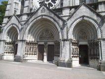 对一个教会的三个入口门黄柏的 免版税库存图片